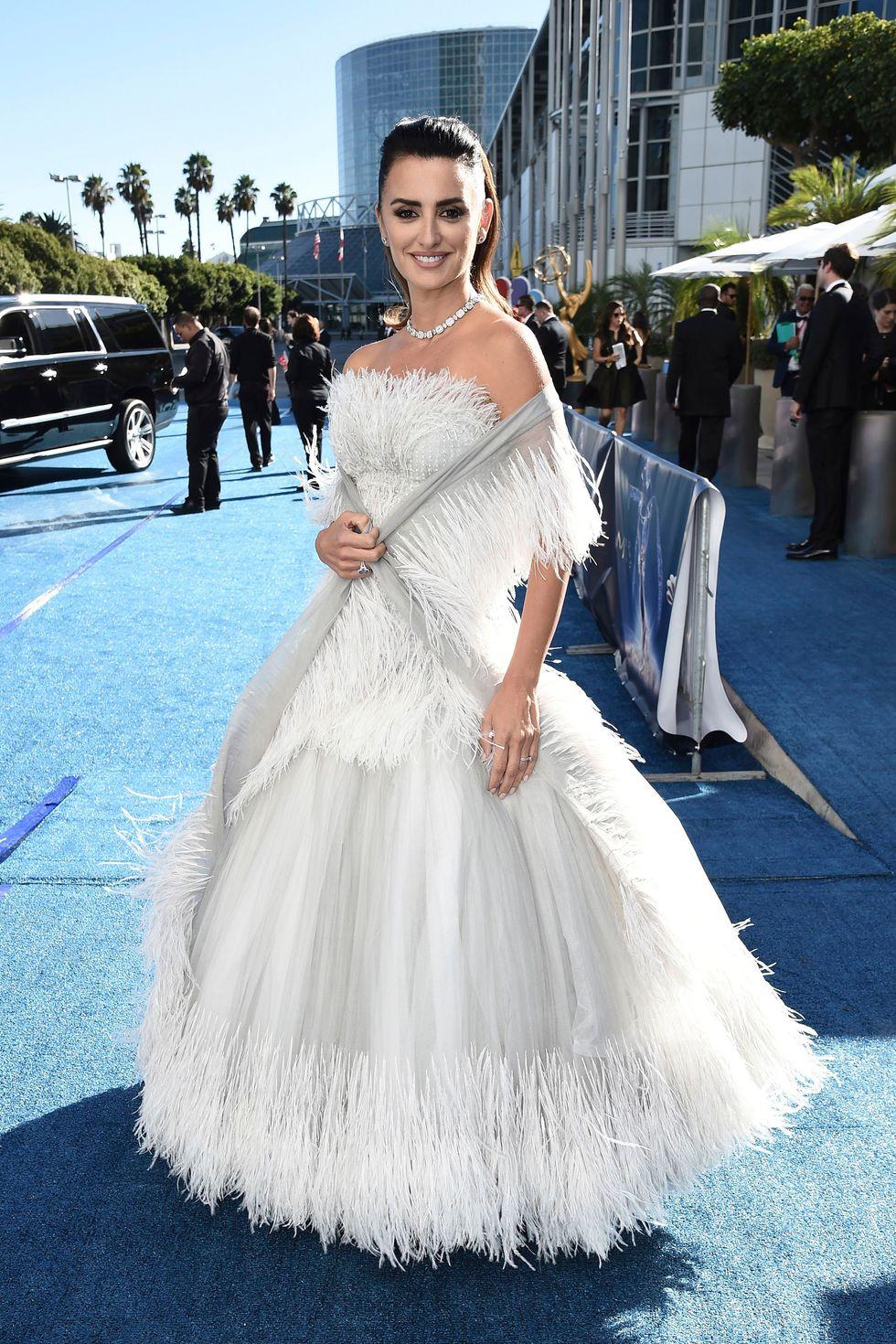 robe de soirée blanche à plumes Penelope Cruz  aux Emmy 2018